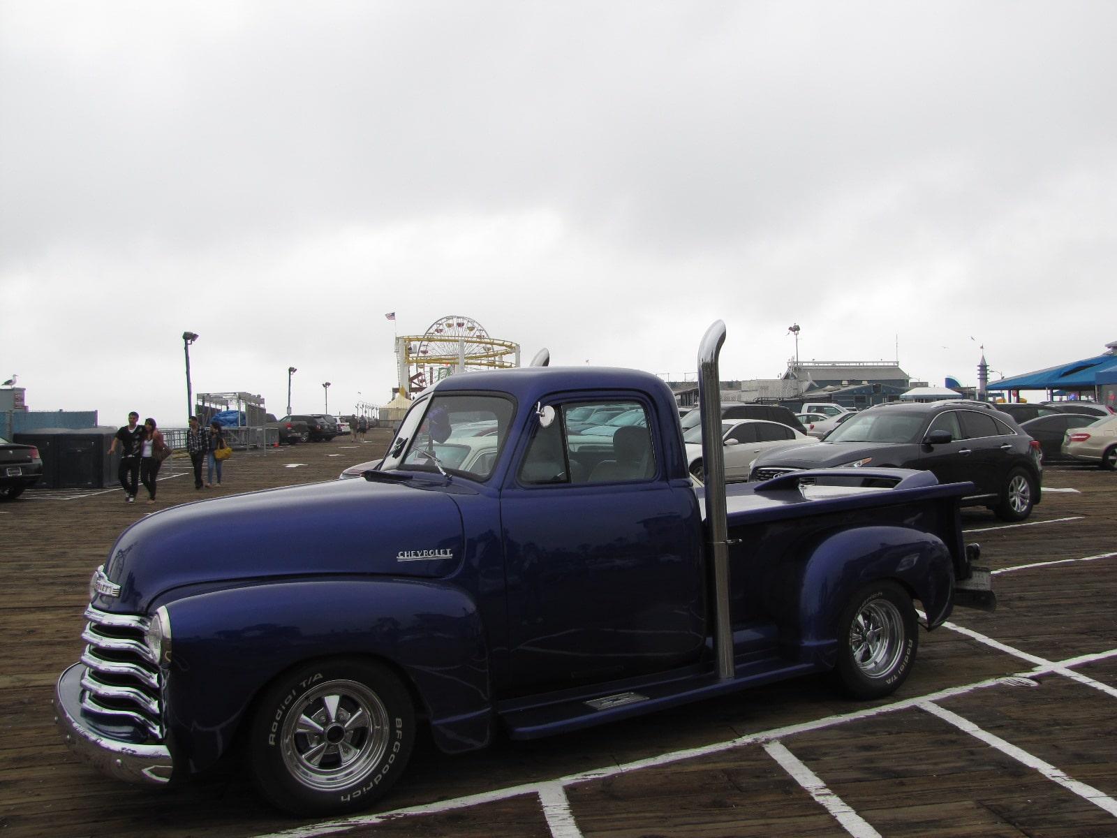 Chevrolet garé sur Santa Monica Beach