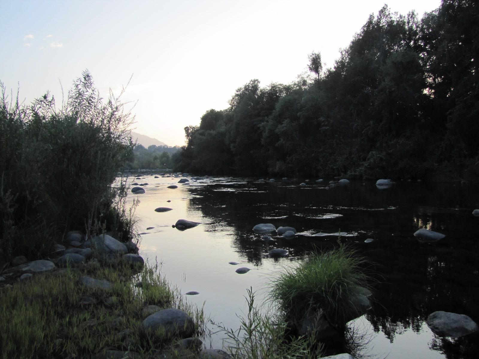 la rivière derrière le chalet